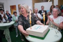 Elke Sinz überrascht mit Geburtstagstorte